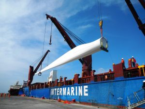 Windmill blade discharging at port of destination