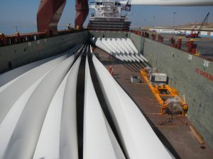 Windmill blades preparing for vessel discharge
